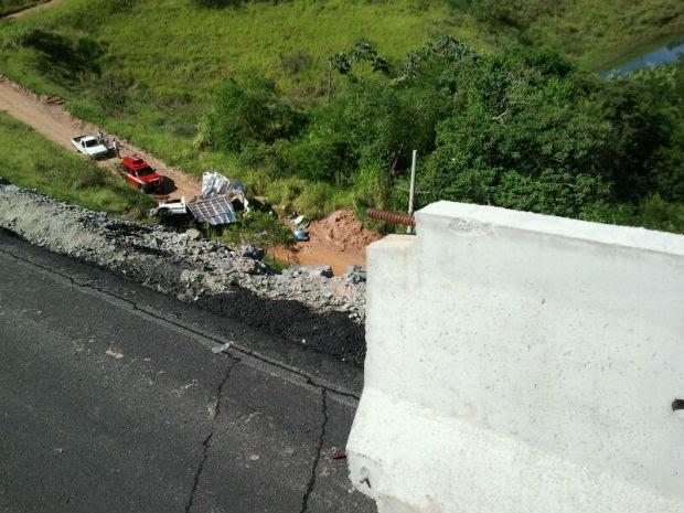 Acidente deixou três feridos na manhã desta sexta-feira (24) na Rodovia dos Tamoios (Foto: Carlos Santos/G1)