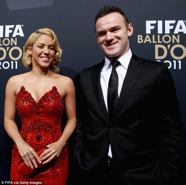 Lady in Red: Shakira empolgou a multidão no evento de futebol no seu vestido deslumbrante