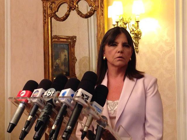 Governadora Roseana Sarney anunciando sua decisão de ficar no governo