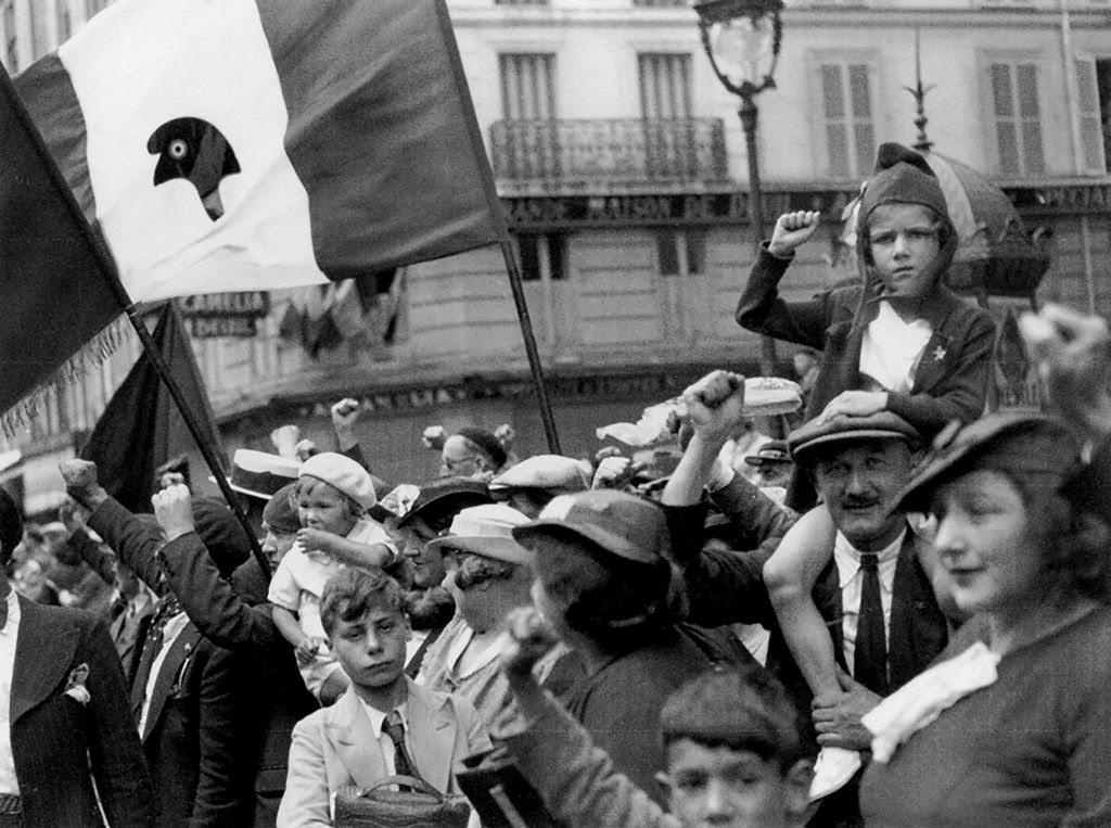 Fotografía © Willy Ronis, 14 de Julio en la Rue du Faubourg, 1936.