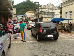 Os atores abordam os motoristas de forma irreverente (Foto: Ascom Bom Jardim/Divulgação)