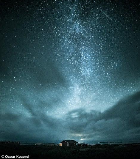 A Via Láctea gira sobre Jurmo na Finlândia