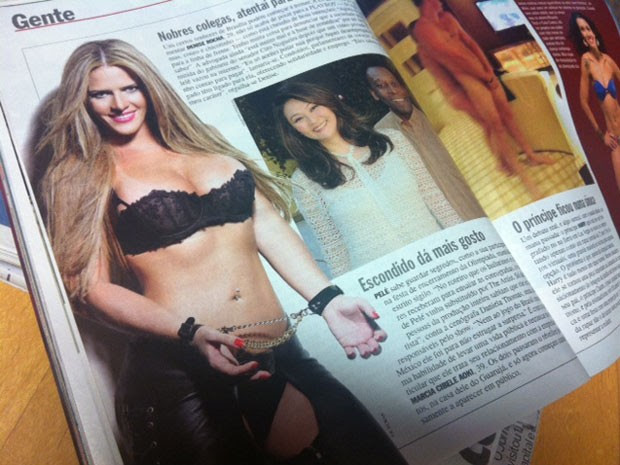 Revista mostra foto de ex-assessora com roupa de couro (Foto: Reprodução)