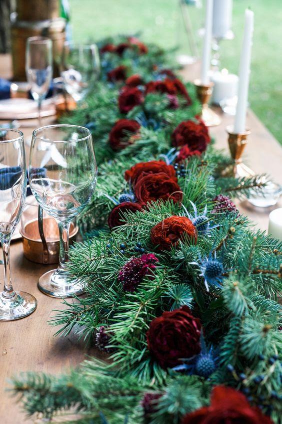 ein evergreen Tischläufer mit kühnen Burgund Blüten und Disteln für eine Rustikale winter-Hochzeit