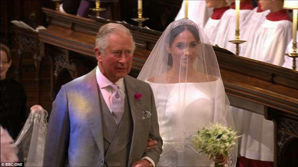 Harry disse 'obrigado, pai' depois que seu pai, o Príncipe Charles, a conduziu pelo altar da Capela de São Jorge, em Windsor.