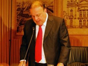 Paulinho Freire lê juramento de posse diante de vereadores e imprensa (Foto: Ricardo Araújo/G1)
