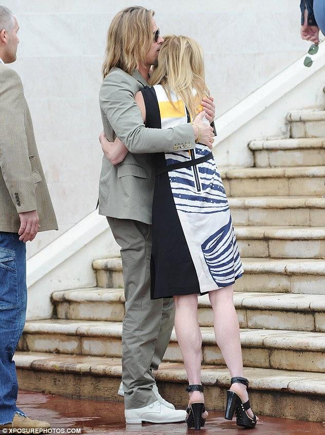 Abraços!  Brad Pitt abraçou produtor do filme Dede Gardner como ele cumprimentou-a