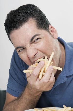 Comendo batata frita colesterol alto euatleta (Foto: Getty Images)