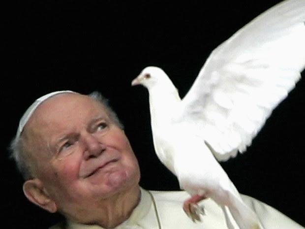 Papa João Paulo II olha para uma pomba da janela de seus aposentos privados, no final da oração do Angelus, no Vaticano em 30 de janeiro de 2005  (Foto: Max Rossi/Reuters)