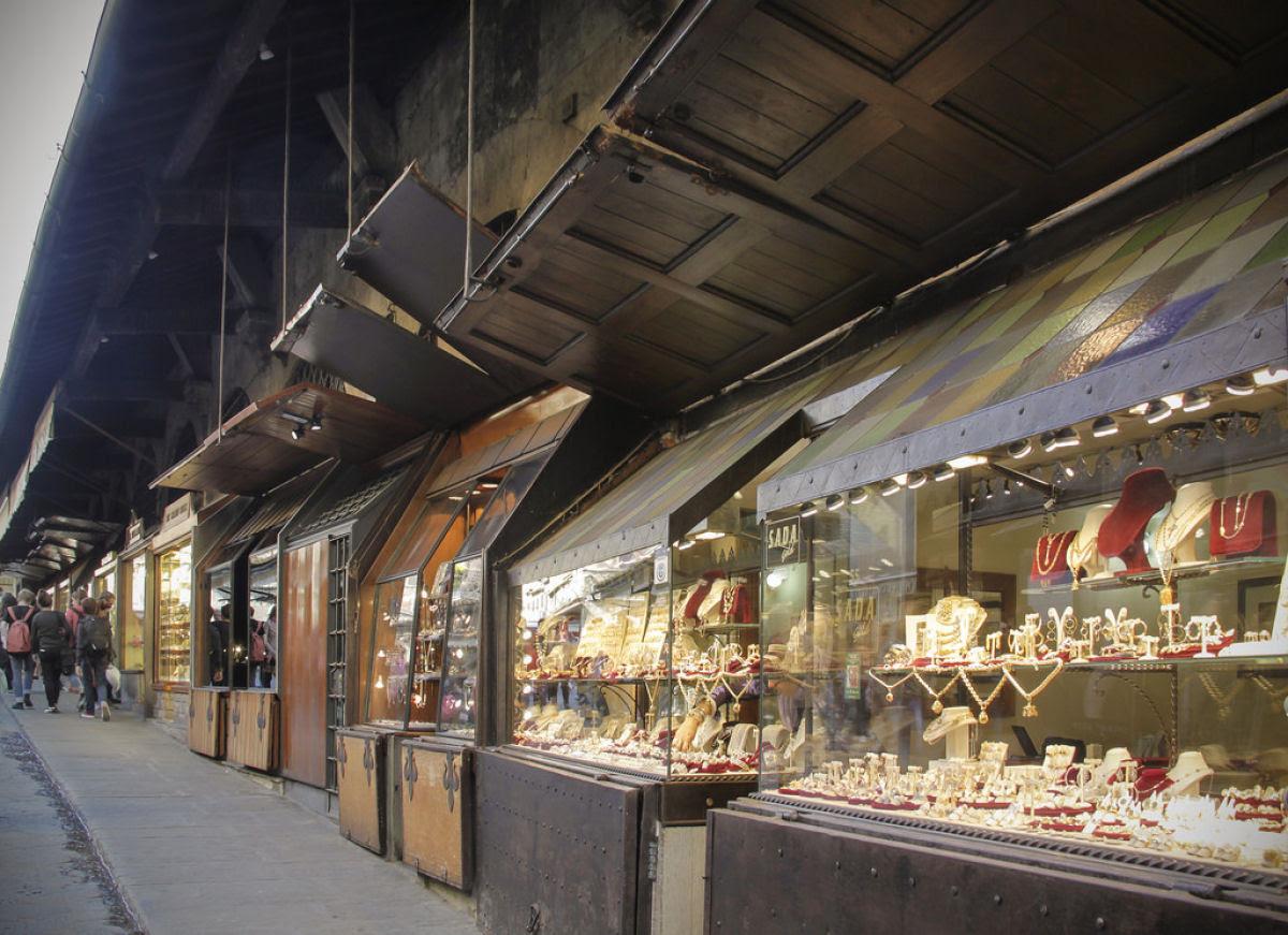 Ponte Vecchio: A Ponte Medieval cheia de lojas em Florença, Itália 08