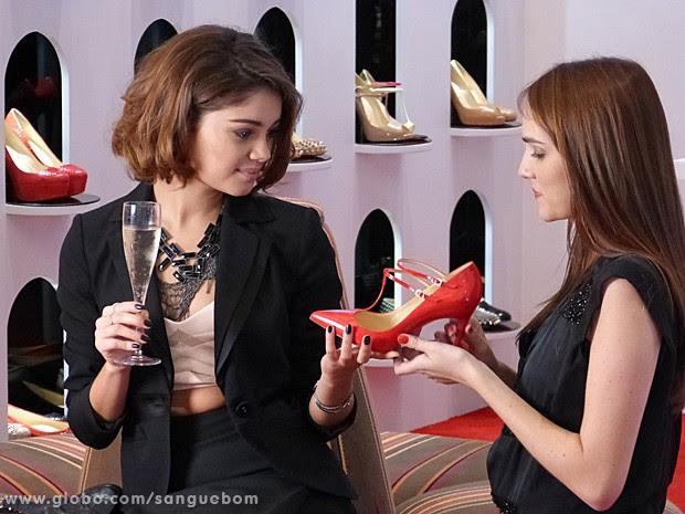 Amora é uma it-girl doida por sapatos e não economiza na hora das compras (Foto: Sangue Bom/TV Globo)