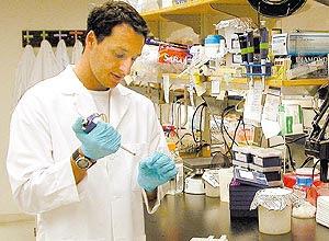 O biólogo e pesquisador Alysson Renato Muotri no laboratório de genética humana do Instituto Salk, em La Jolla, EUA