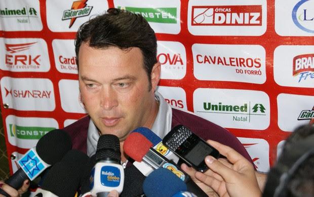 Roberto Fernandes, técnico do América-RN, comenta vitória no clássico (Foto: Augusto César Gomes/GLOBOESPORTE.COM)