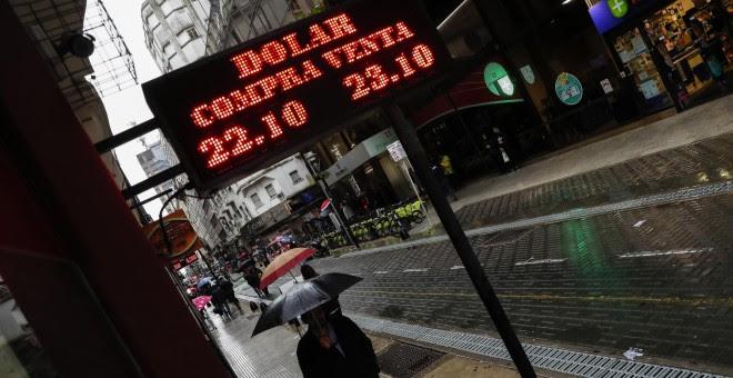 Vista de un cartel de una casa de cambio en el centro de Buenos Aires (Argentina). EFE/David Fernández