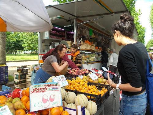 Al mercato di via Tabacchi by Ylbert Durishti