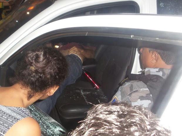 Vítima foi alvejada por vários tiros na noite desta segunda-feira na Cohab (Foto: Divulgação / TV Mirante)