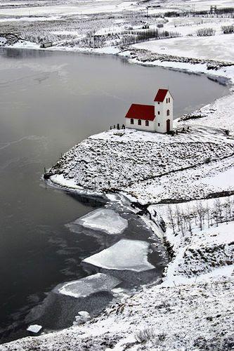 Fria, mas tranquilo ...  Esta igreja bonita é na Islândia por um lago chamado Úlfljótsvatn.