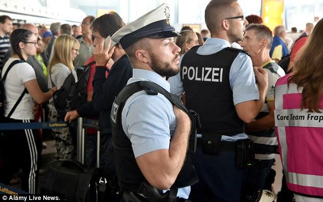 Pessoas que chegam em jatos de todo o mundo foram forçados a sentar e esperar em seus aviões nas pistas e áreas segurando