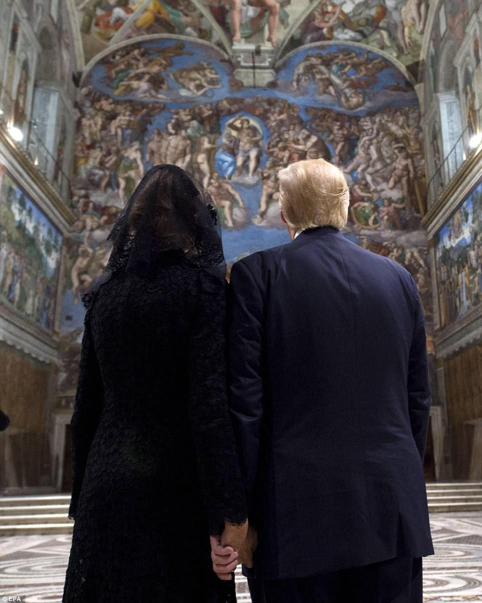 O presidente Trump ea esposa Melania olharam fixamente os tetos afrescos durante sua visita à capela de Sistine no Vatican