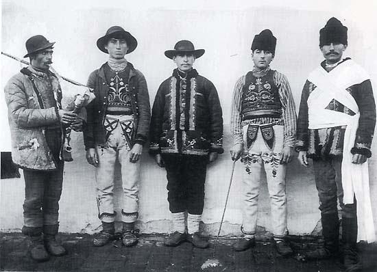"""Jankó János: Szerb lakodalmasok, Cserépalja (Torontál vm.), 1895 (""""A régi világ falun"""" fotóalbumból)"""