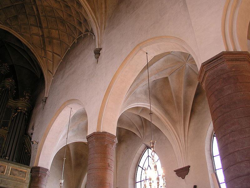 Jakobs kyrka columns-vaults.jpg