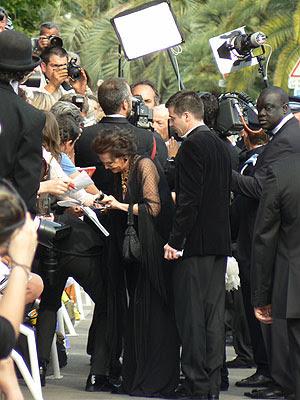claudia Cadinale signe des autographes.jpg