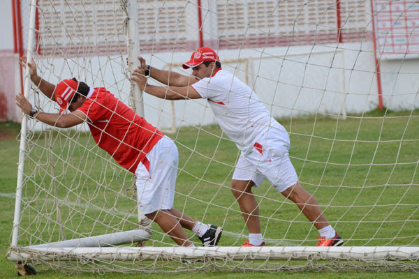 O técnico Leandro Sena vai precisar de toda a ajuda para reverter a vantagem do CRB, hoje