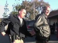 Pastor e fiel são presos e levados a julgamento por lerem a Bíblia em voz alta num espaço público