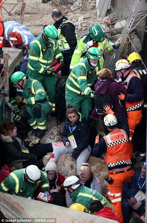 Βοηθώντας τους τραυματίες: Οι εργαζόμενοι ανταπόκριση έκτακτης ανάγκης δει τείνει να ηθοποιούς που έχουν γίνει μέχρι να μοιάζουν με θύματα καταστροφών