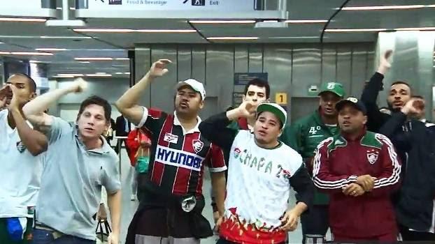 Torcedores protestaram no desembarque do Fluminense no Rio neste segunda