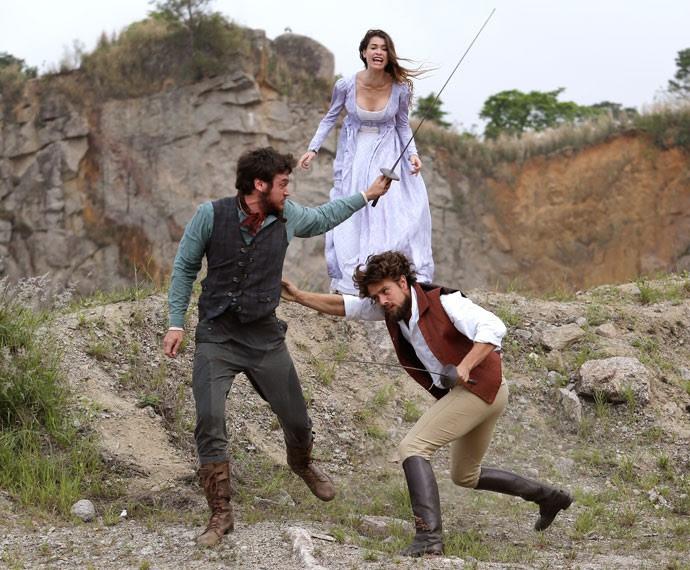 ... Mas Pedro insiste e parte Para cima do Conde, deixando Lívia desesperada (Foto: Fábio Rocha / Gshow)
