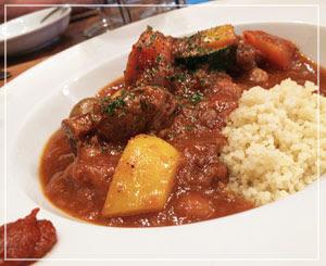 「ハリッサ」という辛味調味料が面白い、羊の煮込み。じんわりピリ辛。