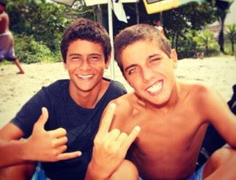 Filipe Toledo Filipinho e amigo Artur Aguiar na infância surfe (Foto: Reprodução/Instagram)