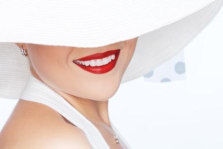sourire: portrait de belle jeune femme dans le chapeau sur blanc Banque d