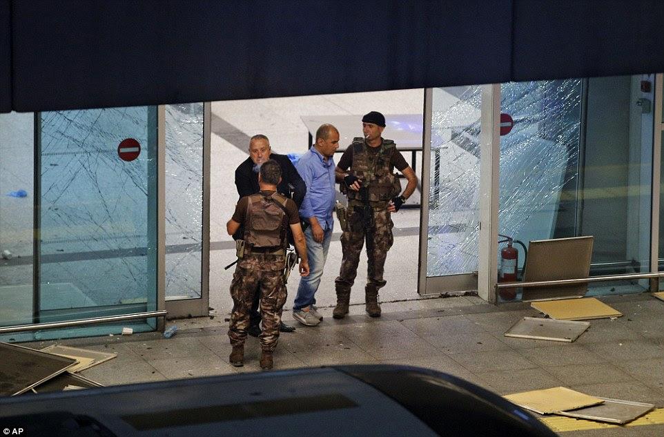 """policiais turcos do lado de fora do aeroporto Ataturk de Istambul, onde dezenas de pessoas foram feridas ou morreram em um ataque """"grande e coordenada '"""