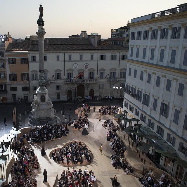 Visto do alto a Piazza Mignanelli onde aconteceu o desfile e também onde ficam os headquarters da Valentino.