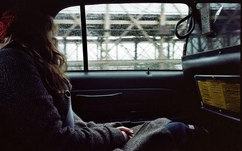 É só esse vazio que estranhamente me preenche e sufoca. Depois de todas as risadas eimitações eu me pego, encolhida em mim mesma e com os olhos marejados e torcendo pra que as lágrimas saiam logo. As ruas da cidade correm, tão rápido, e eu deploravelmente choro em um banco de táxi.Choro por mim mesma, por tudo que passou, por tudo que ainda irá passar.Ah meu bem, é um choro alheio e que torço pra que fique ali enão me acompanhe no meu andar duro e descompassado.Queria um ombro, um abraço de roupa recém-passada, faria com que aquela música antiga e dissonante se tornasse quase que melodiosa.Isso, seria melodioso, mesmo com sua camisa empapada de mim em gotas (lágrimas), você me consolaria com um dos braços a minha voltae sua mãos estariam tentando acalmar a mim e ameu cabelo despontado.Sim, sem luz de velas e flores, essa seriaa noite que eu desejaria para nós dois. Isabela Ribeiro.