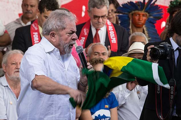 BRASILIA, DF, BRASIL - 16-04-2016: O ex-presidente Lula durante evento com movimentos sociais no acampamento dos contra o impeachment. (Diego Padgurschi /Folhapress - (PODER)
