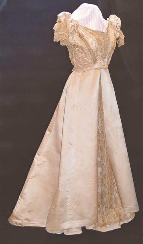 Dress worn in 1st synagogue in US 1700s   Jewish Wedding