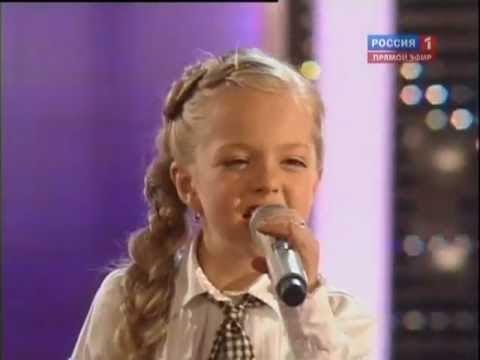 Niña ucraniana sorprendentemente cantando música de los Beatles