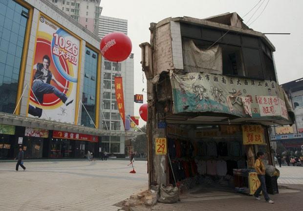 Foto de 2007 mostra casa que ficou em praça em frente a um shopping center em Changsha, na província de Hunan, após falta de acordo para sua demolição (Foto: Reuters)