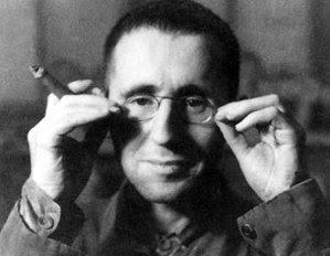 Bertolt Brecht, dramaturg, poet, regizor de origine germană, iniţiator al teatrului epic