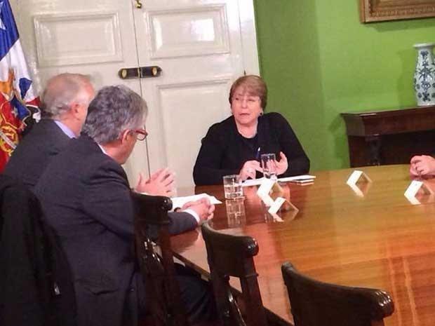 A presidente Michelle Bachelet faz reunião de emergência por causa do terremoto (Foto: Reprodução/Twitter/GobiernodeChile)