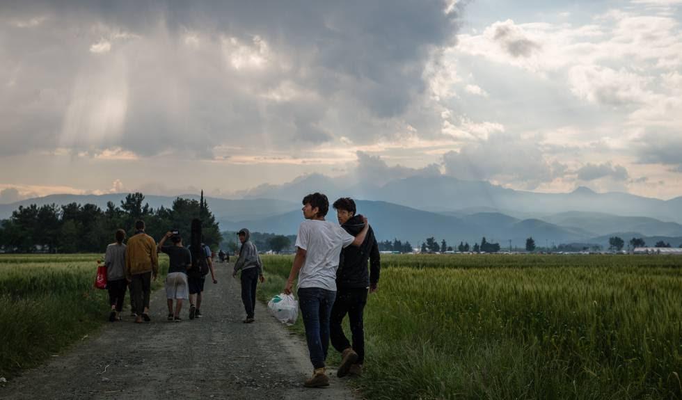 Varios refugiados abandonan Idomeni antes del desalojo.