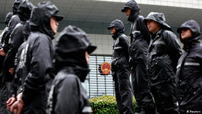 Police officers stand outside the Hefei Intermediate People's Court, where Gu Kailai is being tried for murder, in Hefei, Anhui Province August 9, 2012. China holds its most sensational trial this week since convicting the Gang of Four over 30 years ago, putting Gu Kailai, the wife of deposed leader Bo Xilai, in the dock for murder. REUTER/Aly Song (CHINA - Tags: CRIME LAW POLITICS)