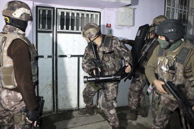 Quelque 450 suspects ont été arrêtés lors de... (AP)