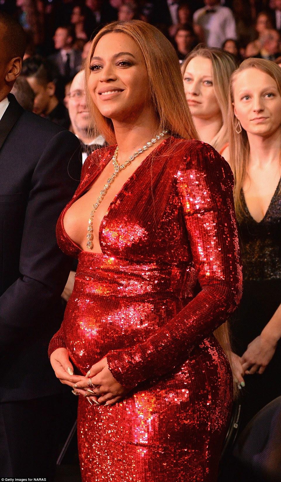 Feliz: Ela orgulhosamente embalado seu solavanco enquanto aprecia o show