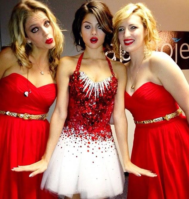 Boneca viva: Com a sua tez perfeita e lábios vermelhos, Selena parecia uma boneca viva nessa foto que ela postou em sua conta Instagram