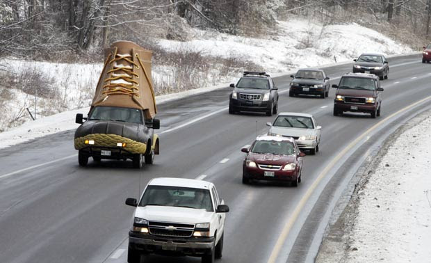 'Bootmobile' em rodovia em Freeport, no estado do Maine. (Foto: Pat Wellenbach/AP)