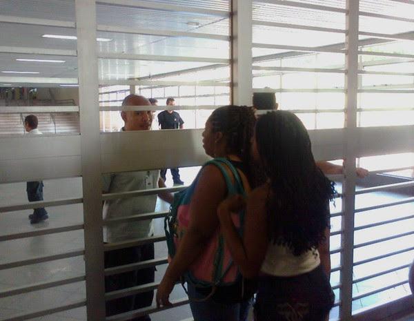 Passageiras encontram Estação Central do metrô, na Rodoviária do Plano Piloto, fechada (Foto: Lucas Nanini/ G1)